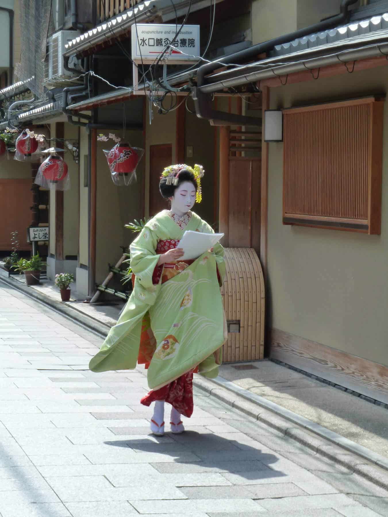Maiko in a hurry